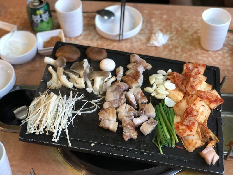 【北京旅遊美食】五道口香豬坊 Pork Fusion Restaurant。清華園最多韓國料理餐廳、酒吧、清吧的聚集地。道地韓國烤五花肉、韓式泡菜、韓式燒酒。 @熊寶小榆の旅遊日記